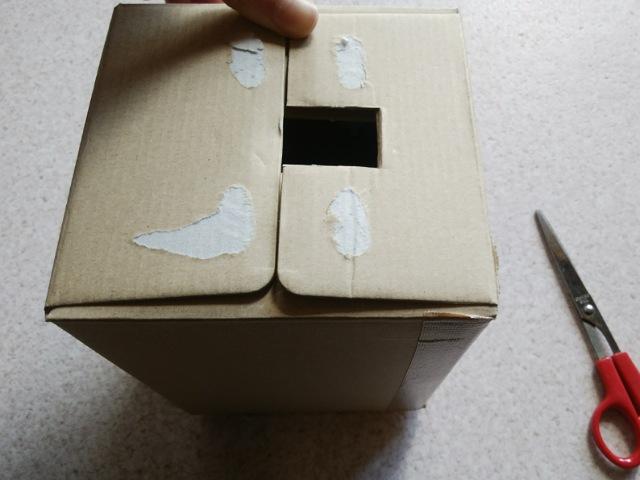確認用の窓を箱にあける